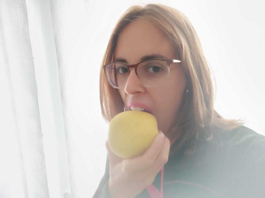 comiendo manzana